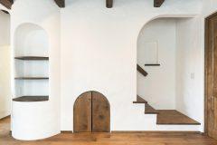 階段下収納建具とアーチ型飾り棚