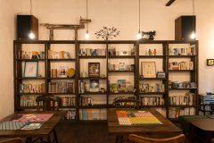ゆっくりとくつろぐための空間作づくり。書棚も造作でのオリジナル。
