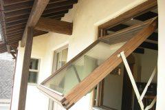 リビングの大型木製回転窓(トリプルガラス)