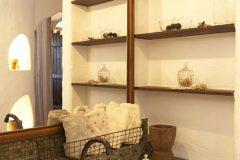 洗面所の造作棚、鏡も木で縁取りしました